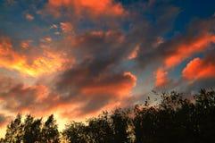 Красивый заход солнца на пасмурный день Стоковые Изображения