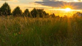 Красивый заход солнца над полем и маленьким городом в Германии Стоковая Фотография