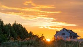 Красивый заход солнца над полем и маленьким городом в Германии Стоковая Фотография RF