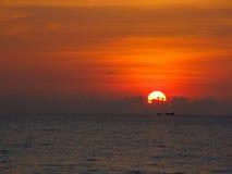 Красивый заход солнца на поле Стоковые Фотографии RF