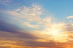 Красивый заход солнца на предпосылке облаков и солнца Стоковые Изображения