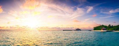 Красивый заход солнца над предпосылкой стиля длинной панорамы Мальдивов острова океана ретро винтажной Стоковое фото RF