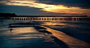 Красивый заход солнца на прибалтийском пляже в Польше стоковые фото