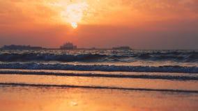 Красивый заход солнца на пляже, изумительные цвета, световой луч светя через cloudscape над аравийским seascape залива видеоматериал