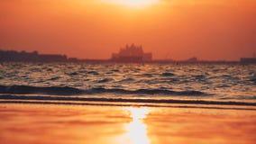Красивый заход солнца на пляже, изумительные цвета, световой луч светя через cloudscape над аравийским seascape залива сток-видео