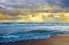 Красивый заход солнца на пляже стоковые фото
