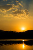 Красивый заход солнца на реке стоковое фото
