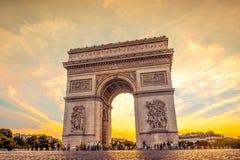 Красивый заход солнца над Триумфальной Аркой, Парижем Стоковая Фотография RF