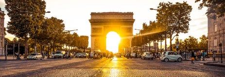 Красивый заход солнца над Триумфальной Аркой, Парижем Стоковые Изображения