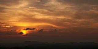 Красивый заход солнца над холмами Стоковая Фотография RF