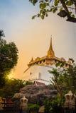 Красивый заход солнца на Wat Saket Ratcha Wora Maha Wihan (Wat Phu Kh Стоковые Изображения RF