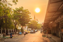 Красивый заход солнца на Wat Saket Ratcha Wora Maha Wihan (Wat Phu Kh Стоковые Фото