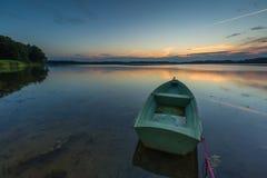 Красивый заход солнца озера с шлюпками рыболова Стоковое Изображение RF