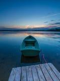 Красивый заход солнца озера с шлюпками рыболова Стоковая Фотография