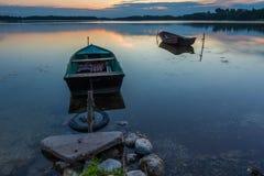Красивый заход солнца озера с шлюпками рыболова Стоковые Фотографии RF