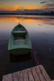 Красивый заход солнца озера с шлюпкой рыболова Стоковая Фотография RF