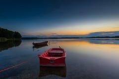 Красивый заход солнца озера с шлюпкой рыболова Стоковые Изображения RF
