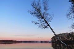 Красивый заход солнца около озера, Литвы Стоковое Изображение RF