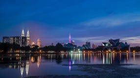 Красивый заход солнца около озера осветил вверх с светами города Куалаа-Лумпур стоковые изображения rf