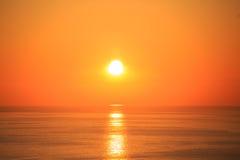 Красивый заход солнца с отражением на море Стоковое Изображение RF