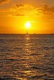 Красивый заход солнца с шлюпкой на океане на Гаваи Стоковые Изображения RF
