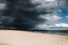 Красивый заход солнца, черное небо, голубое небо, заход солнца на пляже около океана, пляж Стоковое Фото