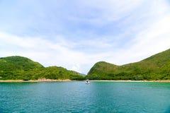 Красивый залив с яхтой Стоковые Изображения