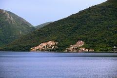Красивый залив Kotor ландшафта, Boka Kotorska, Черногория, Европа Стоковые Фотографии RF