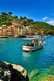 Красивый залив Portofino, роскошная гавань с кораблем рыбной ловли Стоковая Фотография