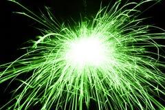 Красивый зеленый бенгальский огонь на черной предпосылке Стоковые Изображения RF