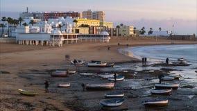 Красивый зимний день на пляже Caleta Ла, промежуток времени Кадиса, Андалусии, Испании сток-видео