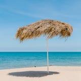 Красивый зонтик соломы на пляже Стоковая Фотография