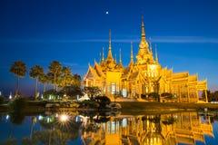 Красивый золотой буддийский висок в nighttime стоковые фотографии rf