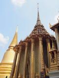 Красивый золотой висок в Таиланде стоковое изображение rf