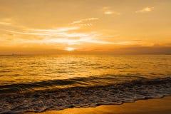 Красивый золотой заход солнца на береге моря Океанские волны ландшафта на заходе солнца Стоковое Изображение RF