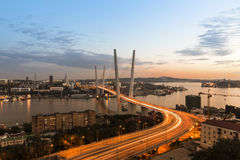 Красивый золотой мост рожка в Владивостоке Стоковые Фотографии RF