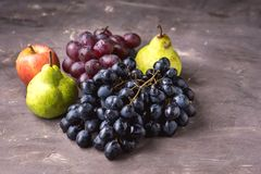 Красивый зрелый осени предпосылки фото груш и виноградин Яблока плодоовощей космос экземпляра плодоовощей темной темной сезонный Стоковое Изображение RF