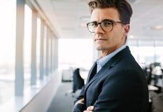 Красивый зрелый бизнесмен стоя в офисе Стоковые Фотографии RF