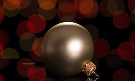Красивый игрушк-шарик рождества на темной предпосылке Стоковые Фото