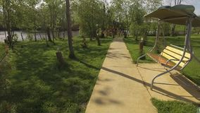 Красивый идя путь в парке Зеленые gras, качание сток-видео
