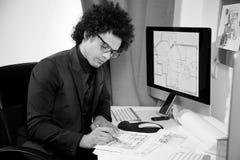 Красивый дизайнер архитектора на работе в офисе черно-белом Стоковое Изображение RF