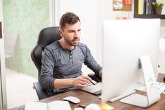 Красивый дизайнер перед компьютером Стоковая Фотография