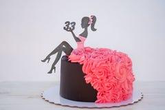 Красивый именниный пирог с диаграммой женщины и тридцать три стоковое фото rf