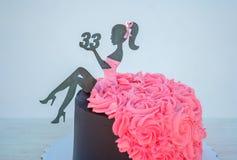 Красивый именниный пирог с диаграммой женщины и тридцать три стоковые фото