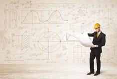 Красивый инженер высчитывая с предпосылкой нарисованной рукой Стоковые Фото