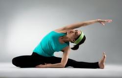 Красивый инструктор фитнеса выполняя основную йогу Стоковые Фото