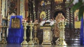 Красивый интерьер католической церкви в после полудня воскресенья видеоматериал