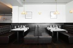 Красивый интерьер современного ресторана стоковое фото rf