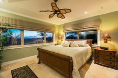 Красивый интерьер спальни в новом роскошном доме, Стоковая Фотография RF