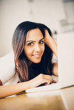 Красивый индийский студент женщины используя портативный компьютер дома Стоковое Изображение RF